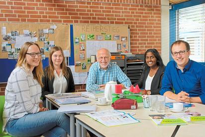 Machen im Sommertraining an der MKG Schülerinnen und Schüler fit fürs nächste Schuljahr: Alfons Sundermann (Förderverein und früherer MKG-Lehrer) und (von links) die Lehramtsstudentinnen und der Referendar Svenja Wiedkamp, Natascha Schülting, Menuj