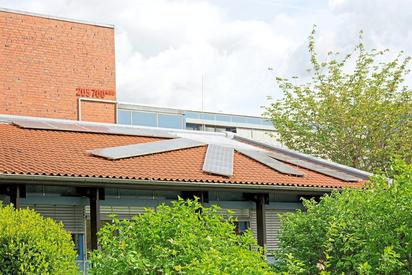 Nachhaltigkeit, die Hauptforderung der Fridays-for-Future-Proteste, findet sich an der MKG unter anderem in Form von Solarstrommodulen auf dem Dach. Foto: Alfred Riese