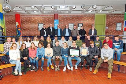Dank und Anerkennung für die Haus- und Straßensammlung für den Volksbund Deutsche Kriegsgräberfürsorge bekamen die Schülerinnen und Schüler der Klasse 10a der MKG. Foto: Alfred Riese