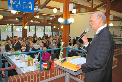 Karl Watermann bei seiner Rede vor den Gästen in der Schulmensa der MKG. Foto: Jan-Philipp Jenke