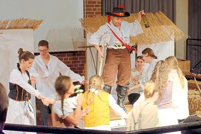 Einmal noch feiern die Bewohner des Dorfes Eggebusch, während der Dreißigjährige Krieg immer näher kommt. Bald sind sie tot oder an Leib und Seele versehrt. Foto: Alfred Riese