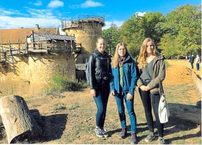 Vor historischer Kulisse: Die drei MKG-Zwölftklässlerinnen Mia Lindenblatt, Maya Stubbe und Amelie Elsler (von links) bei einem Ausflug während ihres Praktikums in Ferrières mit der Burg Guedelon im Hintergrund.