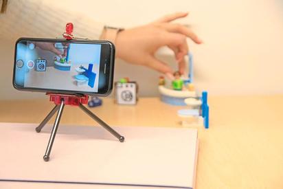 Wo lässt sich im Alltag Energie sparen? Schüler der Klima-AG der MKG forschten für einen Videowettbewerb nach und stellten Playmobilfiguren vor die Kamera. Foto: Klaus Russell-Wells