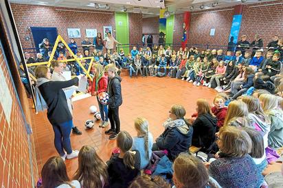 Die Klassensprecher der 6a holen sich im Kreis der Jahrgangsstufen-Kollegen den ersten Preis der Mathe-Olympiade an der MKG ab. Foto: Alfred Riese
