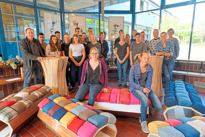 Praxistest bestanden: 20 Zehntklässler der MKG präsentieren die Möbel, die sie aus Altmaterial mit Hilfe des Innenarchitekten Oliver Schübbe selbst gebaut haben. Foto: Alfred Riese