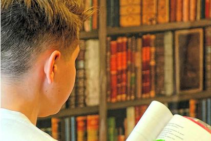 """Überall Bücher: Eine Probenszene aus dem """"Gespenst von Canterville"""". Foto: Alfred Riese"""