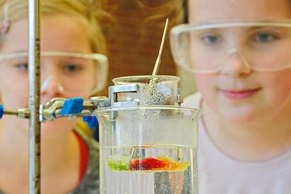 Arme Gummibärchen im vergangenen Jahr: Zwei Schülerinnen machen mit den leckeren Gummitierchen Dinge, die eigentlich nicht vorgesehen sind. Foto: Alfred Riese