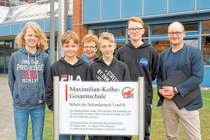 """Marvin Horstmann und Felix Bennemann (1. und 2. von links) sind Dritte bei """"Schüler experimentieren"""", Florian Nitzbon (4.v.l.) und Laurenz Hilbert (5.v.l.) sind Sieger im Bereich Chemie. Es lächeln Christa Werning und Maarten Willenbrink. Foto: Alfred Riese"""