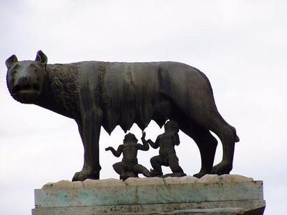 Die kapitolinische Wölfin säugt Romulus und Remus – wie im Gründungsmythos Roms beschrieben.