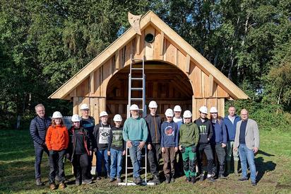 Das Werk ist getan: Die acht Schülerinnen und Schüler der MKG vor ihrer selbst gezimmerten Weidehütte mit Lehrern, Anleitern und Unterstützern des Projekts. Foto: Alfred Riese