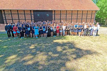 Die 121 Entlassschüler des zehnten Jahrgangs der Maximilian-Kolbe-Gesamtschule vor der Bürgerscheune. Foto: Alfred Riese