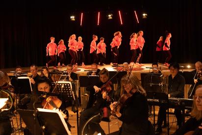Die SchülerInnen der MKG bei einer Choreographie. Foto: Oliver Berg, Theater Münster