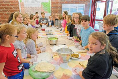 Mit ihrer geplanten Falafel-Herstellung für den Tag der offenen Tür zum Adventsmarkt ging die Klasse 5d während der Projektwoche in den Praxistest. Foto: Alfred Riese