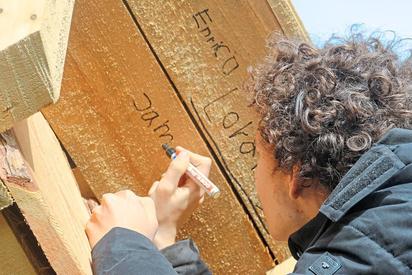In einer Ecke des Giebels verewigen sich die MKG-Schüler als Erbauer der Weidehütte. Foto: Alfred Riese