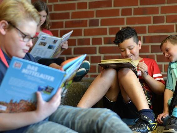 Lesen und Entspannen in der Bibliothek