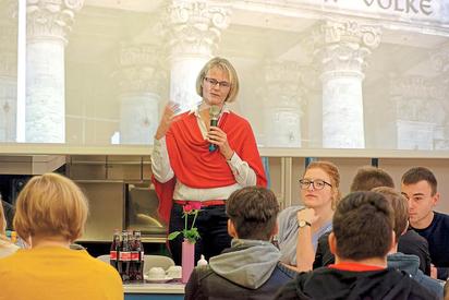 """Die CDU-Bundestagsabgeordnete und Bundesbildungsministerin Anja Karliczek sprach mit Oberstufenschülern der MKG über das Thema """"30 Jahre Wiedervereinigung – die Demokratie am Scheideweg?"""" Foto: Alfred Riese"""
