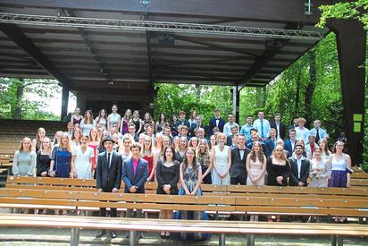 Feierten auf der Freilichtbühne Reckenfeld ihren Schulabschluss: Die Abiturientia 2021 der Maximilian-Kolbe Gesamtschule. Foto: Luca Pals