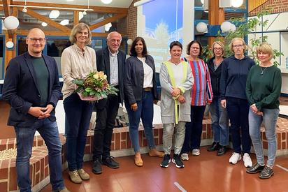 Schulleiter Maarten Willenbrink (links) überreichte der scheidenden Vorsitzenden Simone Hartmann (2 v. l.) einen Blumenstrauß. Daneben der neue Vorstand (v.l.) Alfons Sundermann, Samira Knapheide, Claudia Marker, Ramona Schüler, Ilga Bülte und Claudia Beulting (MKG) (Quelle: WN)