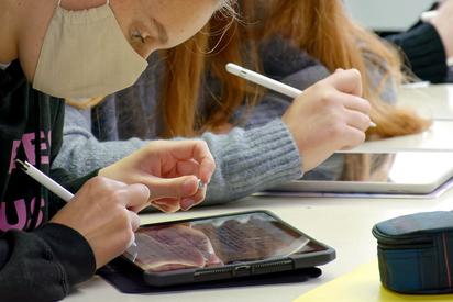 MKG digital: iPads im Unterrichtseinsatz in einem Niederländisch-Grundkurs in der Einführungsphase der gymnasialen Oberstufe der Maximilian-Kolbe-Gesamtschule in Saerbeck. Foto: Gemeinde Saerbeck/ Alfred Riese