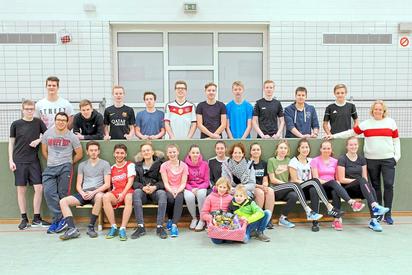 Mit einem Naschkorb bedankten sich Ivonne Lehmkuhl, Anton und Mina (vorne, Mitte) bei den Sporthelfern der MKG und ihrer Lehrerin Sabine Ebbing (rechts) für die Unterstützung bei den Winterspielen. Foto: Alfred Riese