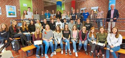 36 Französisch-Diplome gingen am Montag an MKG-Schüler des neunten bis elften Jahrgangs, hier mit Lehrerinnen und Schulleiter Karl Watermann (rechts). Foto: Alfred Riese