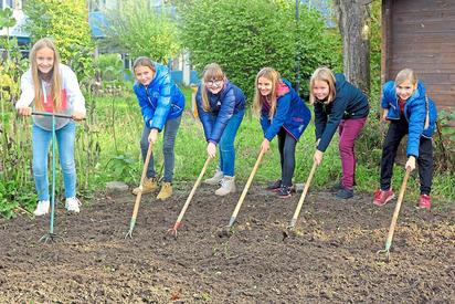 Ab ins Beet hieß es am Montag für alle neuen Fünftklässler der MKG. Wie diese Sechs bereiteten sie die Klassenbeete für Frühblüher-Zwiebeln vor. Foto: Alfred Riese