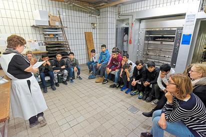 In der Backstube las Beate Liesenkötter den Deutsch-als-Zielsprache-Schülern der MKG eine Fußballgeschichte vor. Foto: Alfred Riese