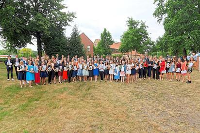Die Entlassschüler des 13. Jahrgangs der Maximilian-Kolbe-Gesamtschule nach der Zeugnisübergabe auf der Bürgerwiese. Foto: Alfred Riese