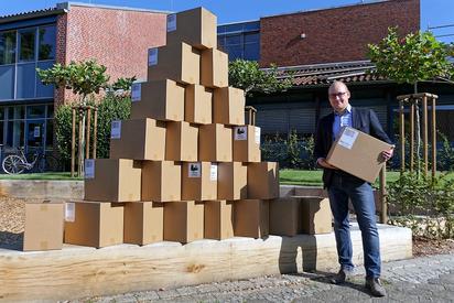 Maarten Willenbrink, kommissarischer Leiter der Maximilian-Kolbe-Gesamtschule, mit den 120 iPads, die noch vor Schuljahresbeginn eingetroffen sind. Foto: Alfred Riese