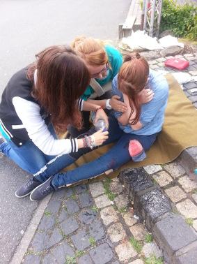 Schulsanitaeter: Versorgung einer chemischen Verätzung (Situation nachgestellt!)